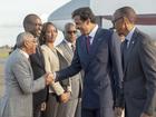 """صورة مريبة..  أمير قطر يصافح """"مشعل حرائق إفريقيا"""""""