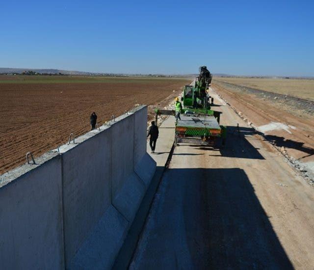 أثناء بناء الجدار العازل على الحدود التركية السورية أواخر عام 2016 .