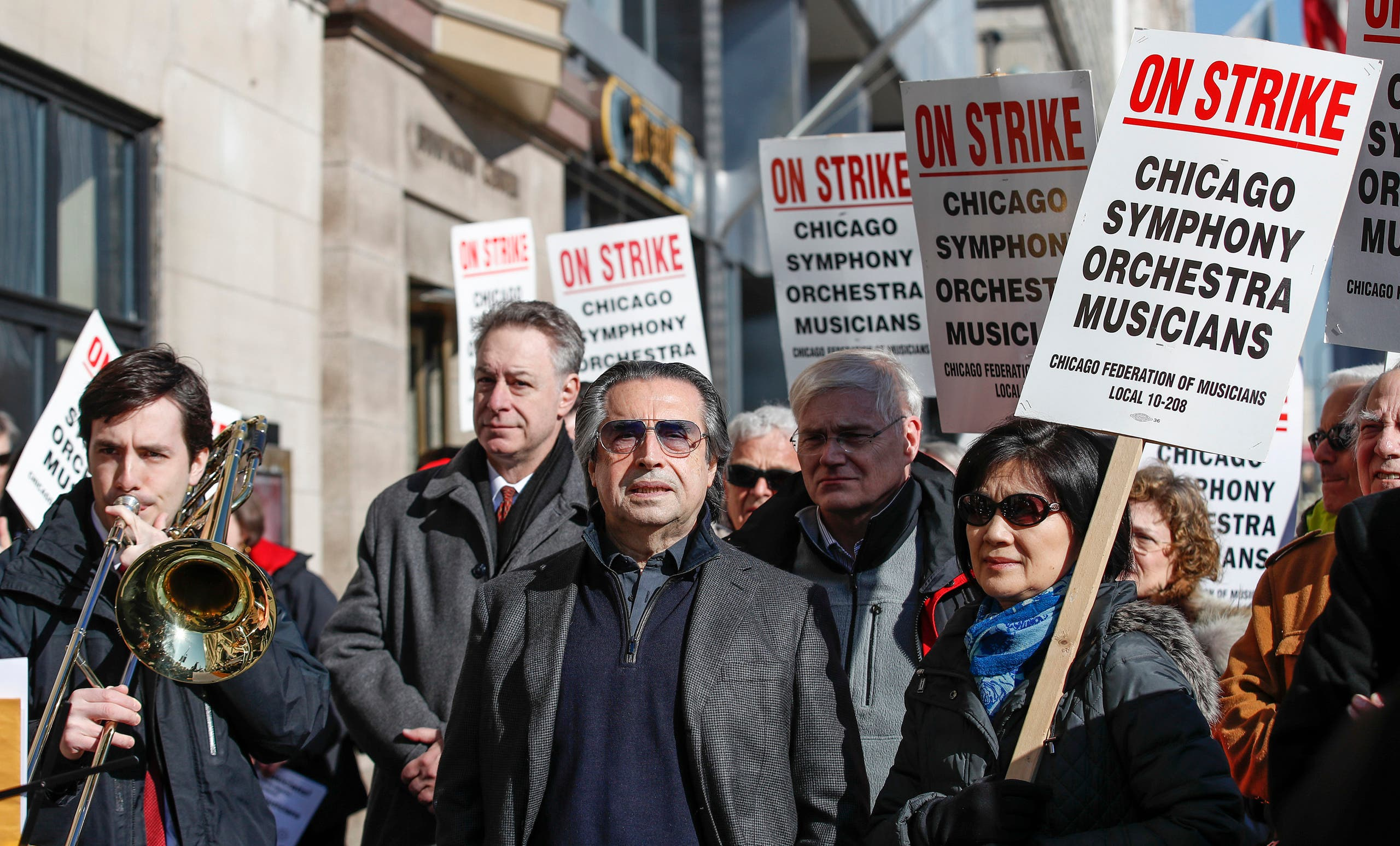 Chicago Symphony Orchestra conductor Riccardo Muti (C) joins striking members of the Chicago Symphony Orchestra as they picket outside Symphony Center on March 12, 2019 in Chicag. (AP)