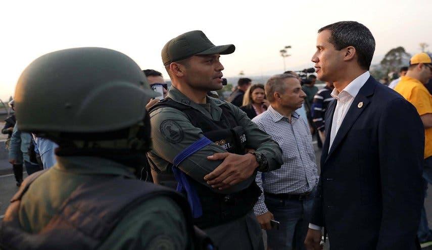 خوان گوایدو رهبر اپوزیسیون در کنار نظامیان هوادار خود