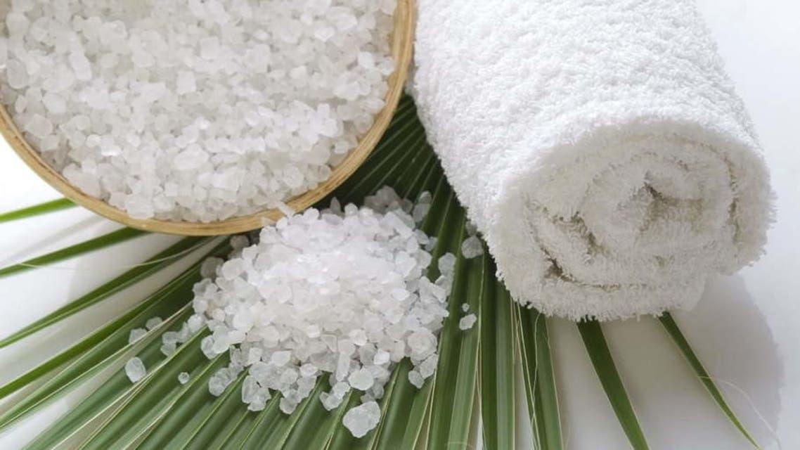 خشونة الملح ت عيد النعومة إلى البشرة والشعر