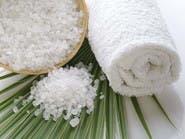 خشونة الملح تُعيد النعومة إلى البشرة والشعر