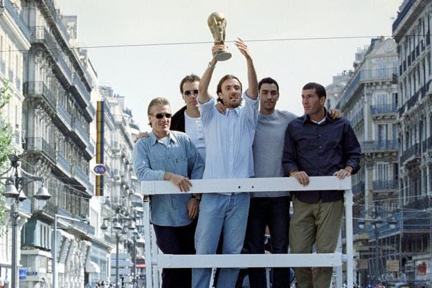 دوغاري محتفلا بكأس العالم بجانب زيدان وديشان وبلان