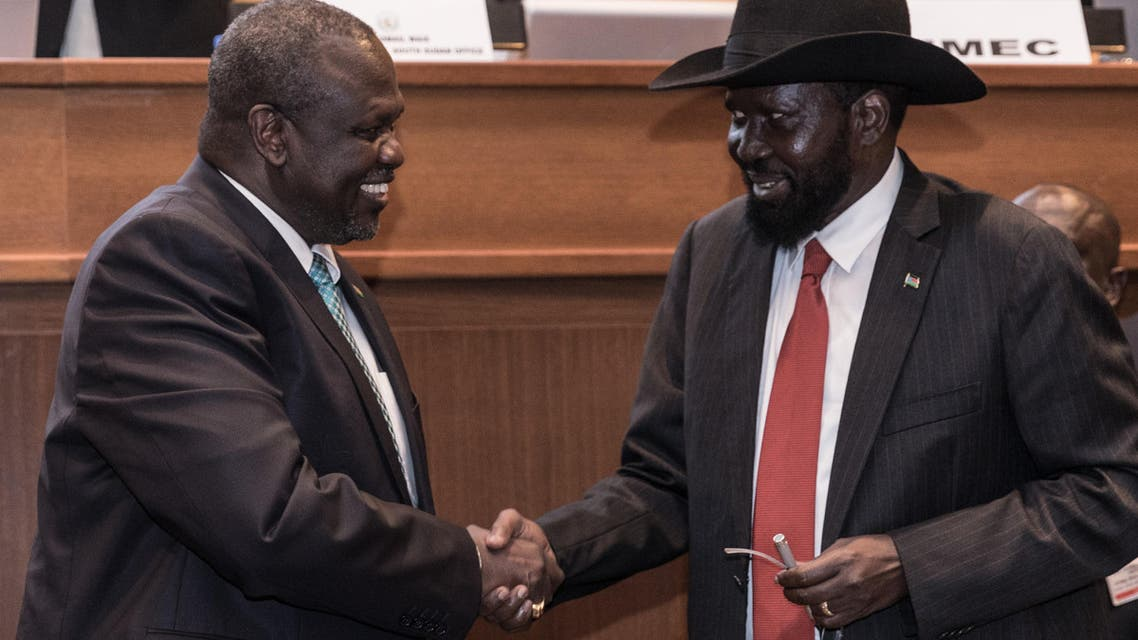 South Sudan's President Salva Kiir (R) and his former deputy turned rebel leader Riek Machar (L) shake hands as they make a last peace deal at the 33rd Extraordinary Summit of Intergovernmental Authority on Development (IGAD) in Addis Ababa on September 12, 2018.  (AFP)