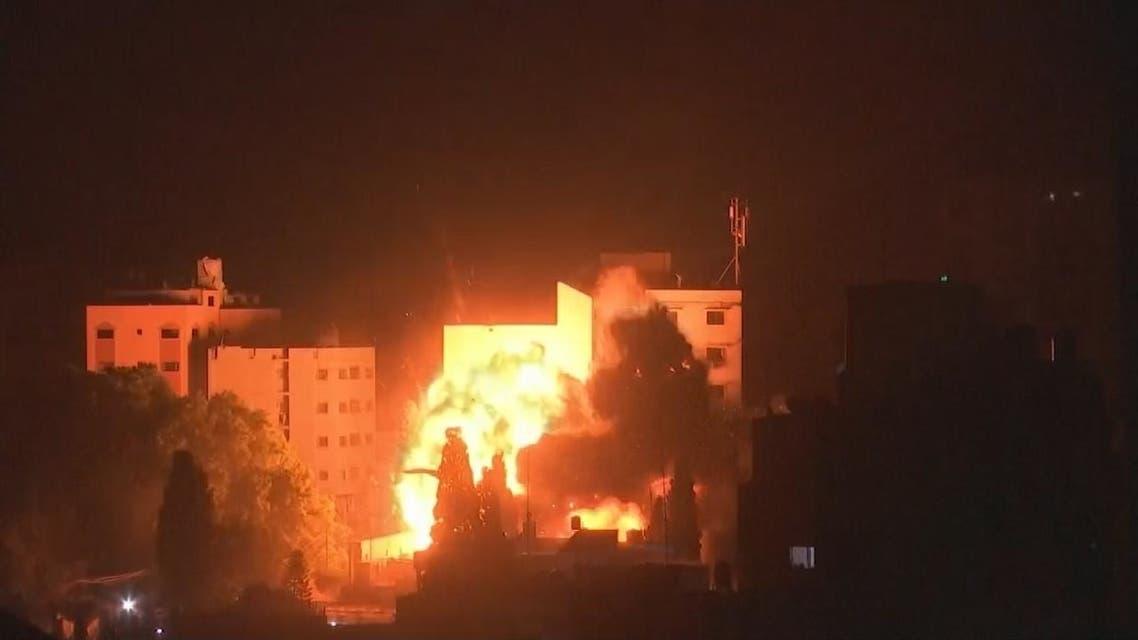 شاهد لحظة استهداف غارة إسرائيلية غزة ليلا
