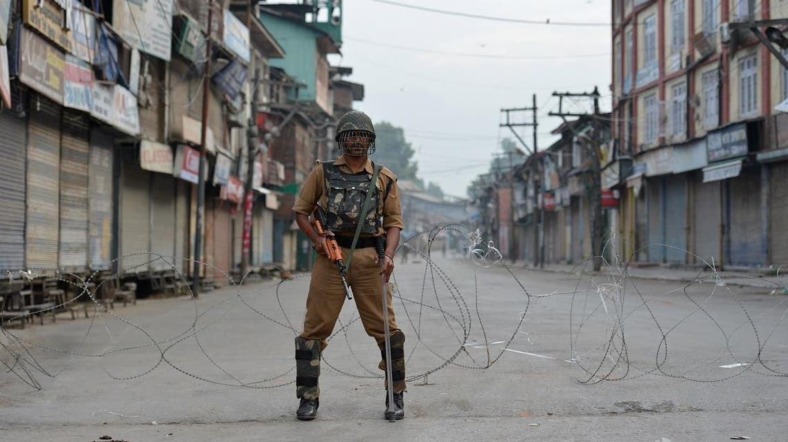 An Indian paramilitary troop stands guard during a curfew in Srinagar. (File photo: AFP)