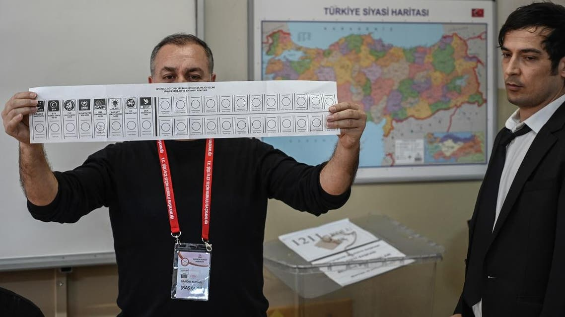 An electoral officer holds a ballot paper at a polling station in Istanbul on March 31, 2019. (File photo: AFP)