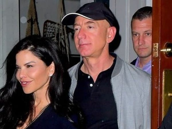 أول ظهور علني لمؤسس أمازون وعشيقته في ليل نيويورك