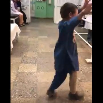 رقصته أبكت الملايين..  طفل أفغاني يحتفل بساقه الصناعية
