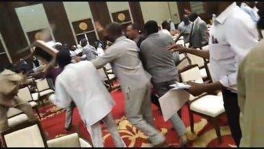 شاهد.. عراك بالأيدي والكراسي بين قوى سياسية سودانية