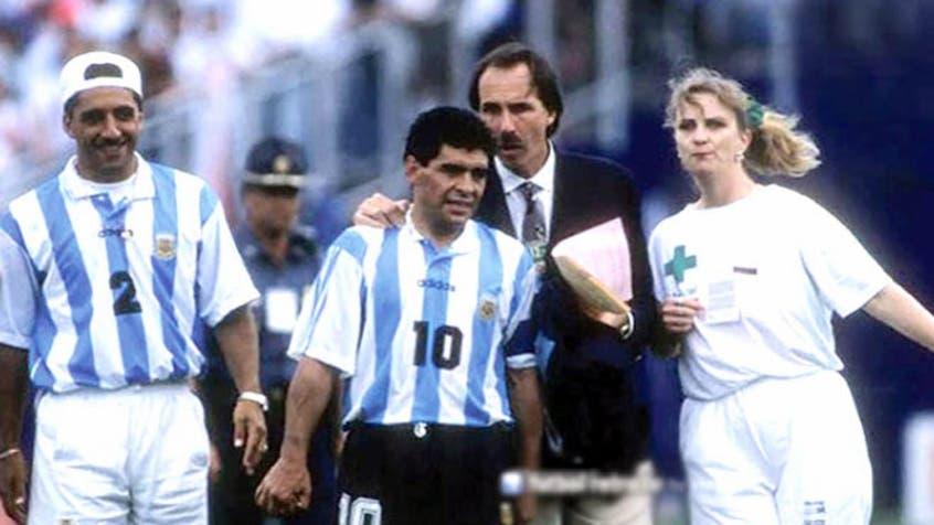 لقطة مارادونا الشهيرة عندما كان ذاهبا للفحص بعد المباراة