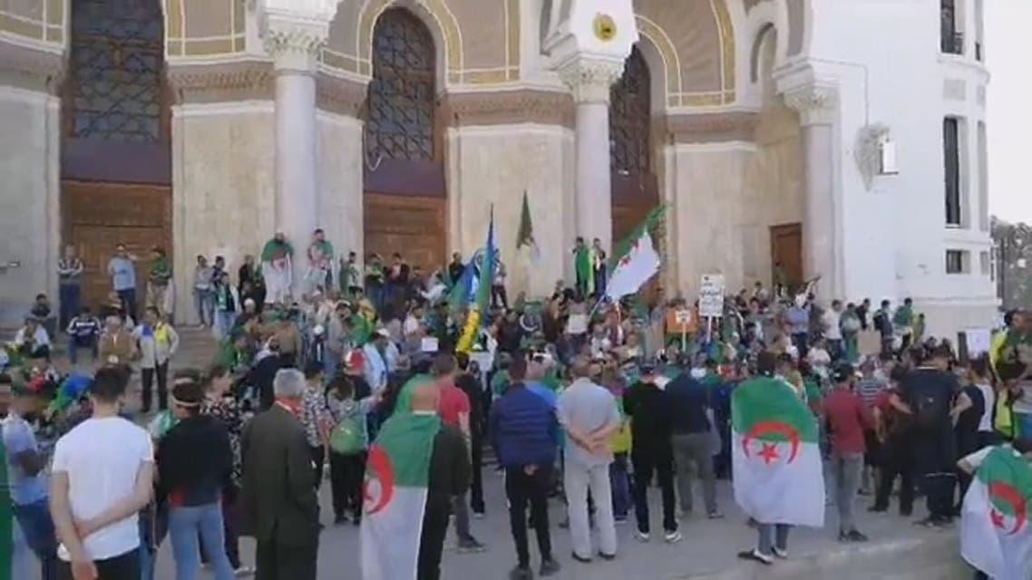 الجزائر.. توافد المتظاهرين في الجمعة الـ12 رفضا لرموز النظام