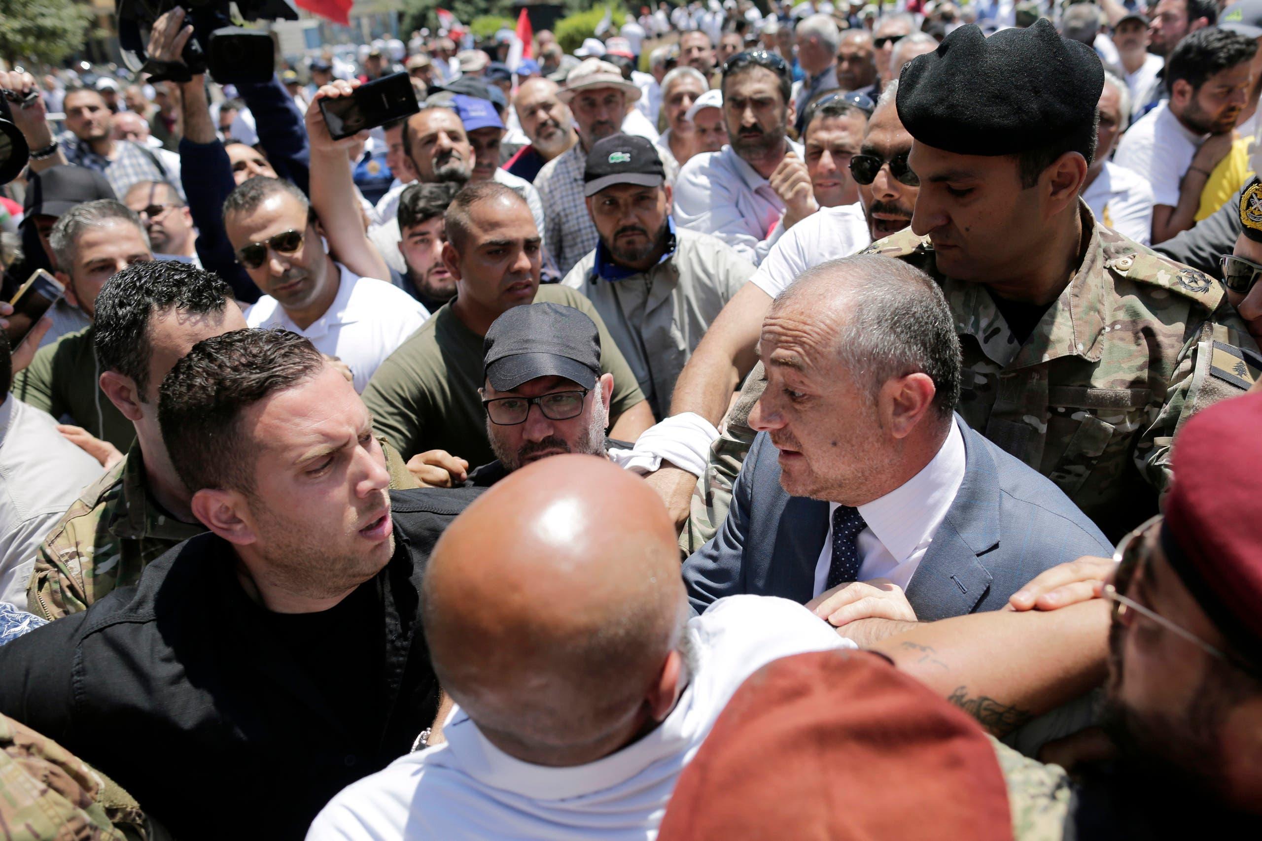 وزير الدفاع الياس أبو صعب بين المحتجين