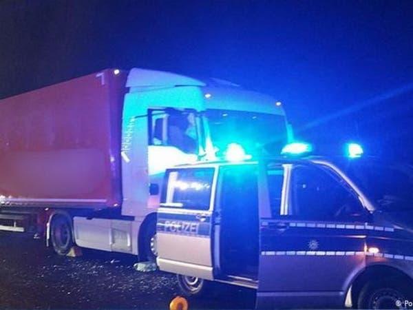وفاة سائق شاحنة على طريق سريع.. وهكذا تم تفادي الكارثة