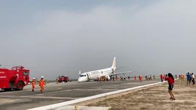 شاهد.. طائرة تهبط بميانمار على عجلاتها الخلفية فقط
