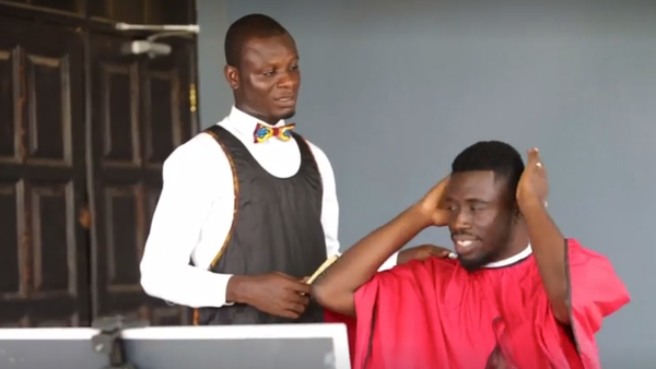 بالفيديو.. صالون الحلاقة يأتيك حتى باب منزلك في غانا