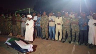 صلى على الضابط.. البرهان يتعهد باعتقال الجناة