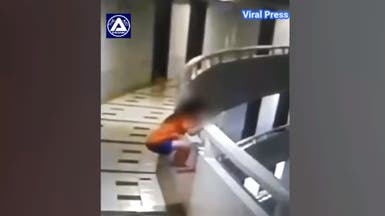 """شاهد لحظة مرعبة.. سقوط طفلة """"نائمة"""" من الطابق الـ11"""