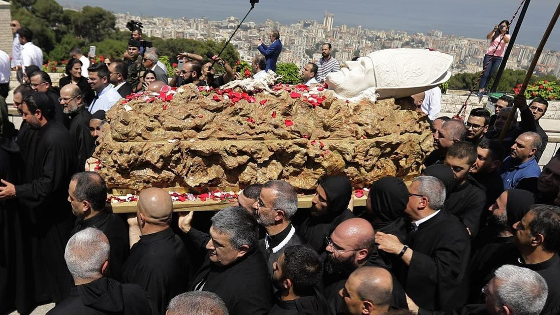 Lebanese monks carry the coffin of late Maronite Patriarch Cardinal Nasrallah Sfeir on May 15, 2019 at the Maronite Patriarchate in the mountain village of Bkerki, northeast of Beirut. (AFP)