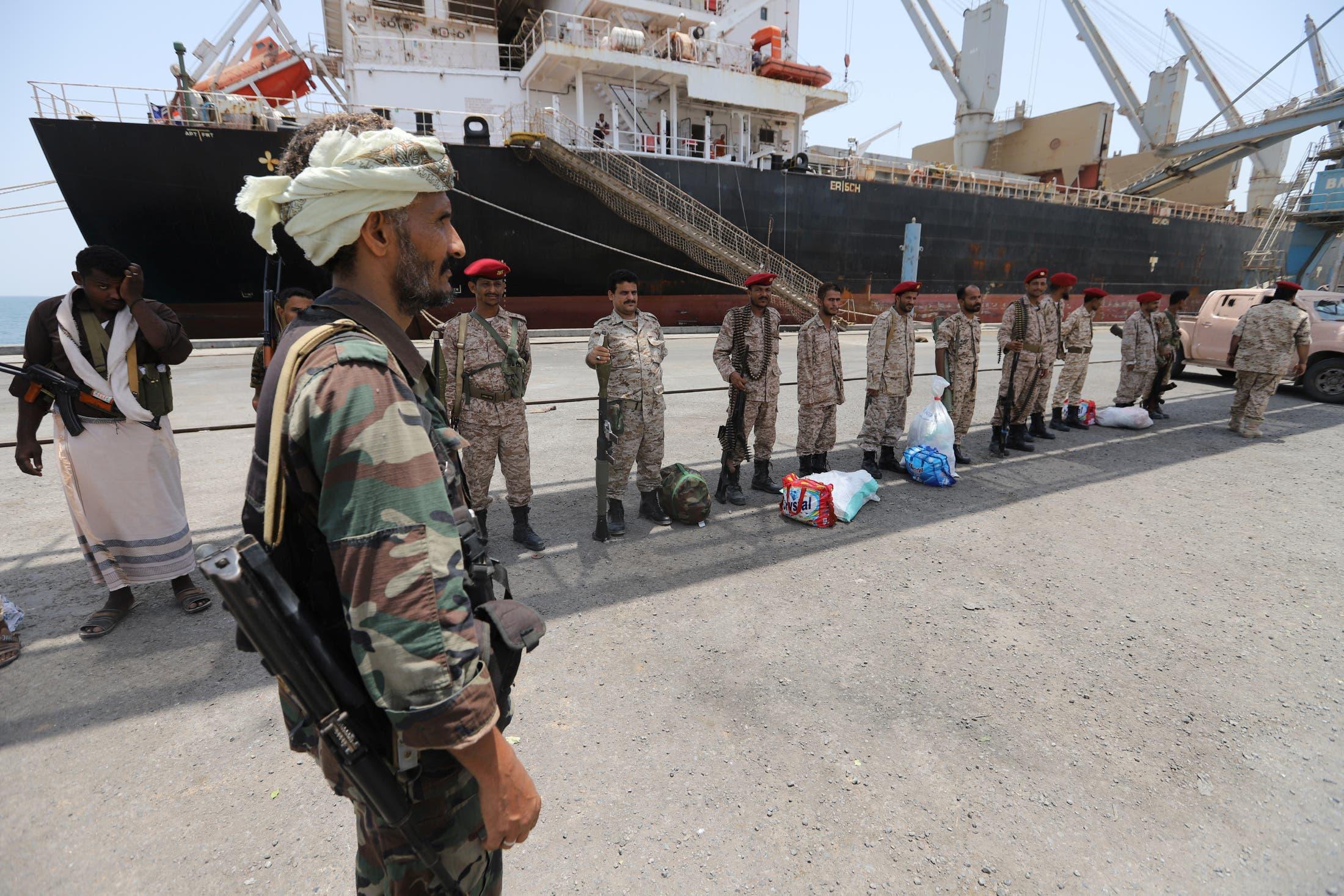 عناصر من ميليشيات الحوثي في ميناء الصليف بالحديدة