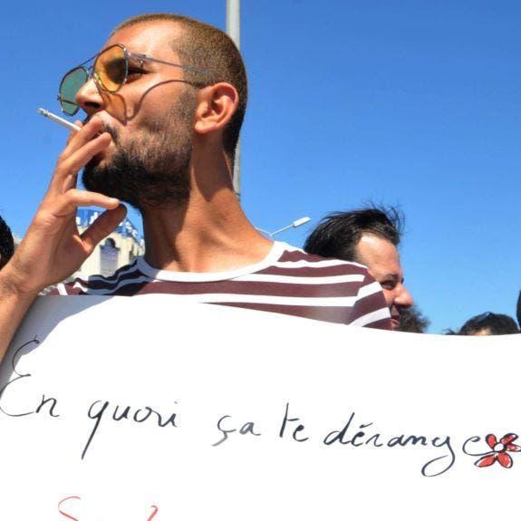 قهوة وسيجارة.. أستاذ يجاهر بالإفطار وتونس تحقّق