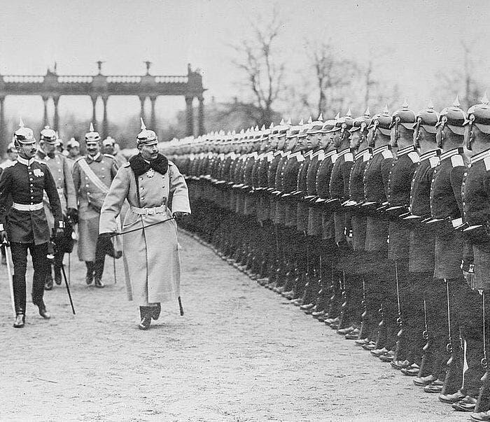 صورة لأحد استعراضات الجيش الألماني أمام الإمبراطور فيلهلم الثاني سنة 1914