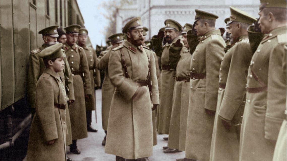 صورة التقطت سنة 1914 لعدد من أفراد الجيش الروسي أثناء تحيتهم للإمبراطور نيقولا الثاني