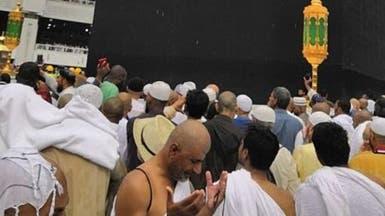 المطر يتساقط على زوار المسجد الحرام وسط أجواء إيمانية