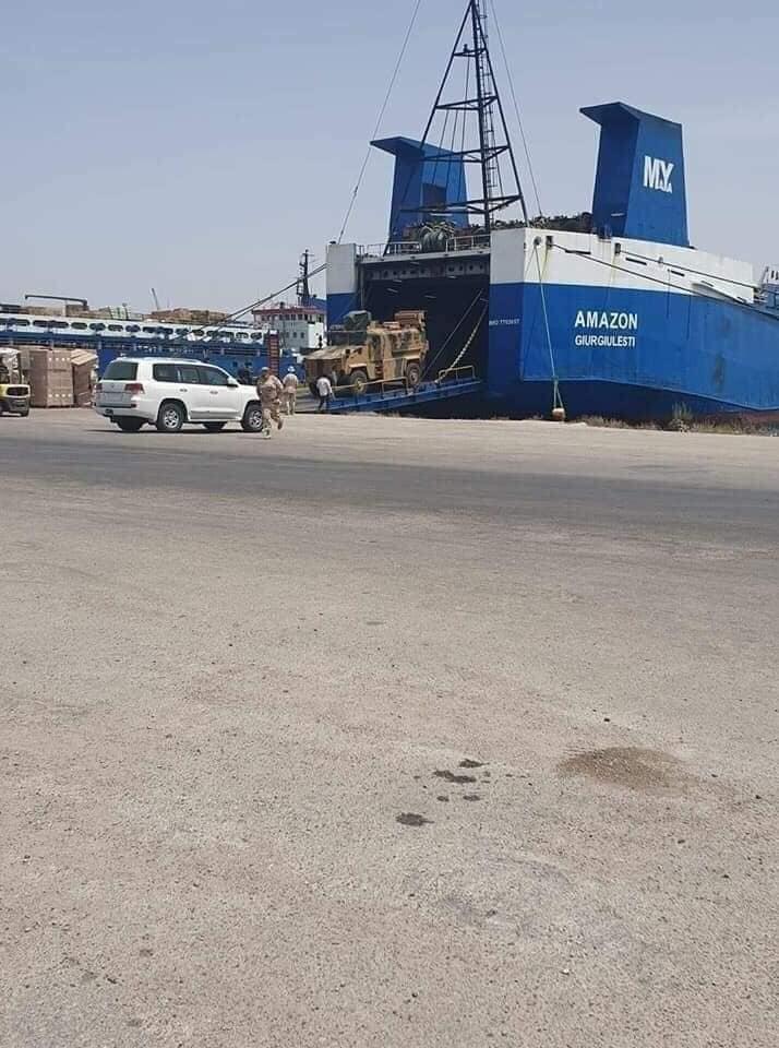 سفينة تفرغ مدرعات تركية في طرابلس