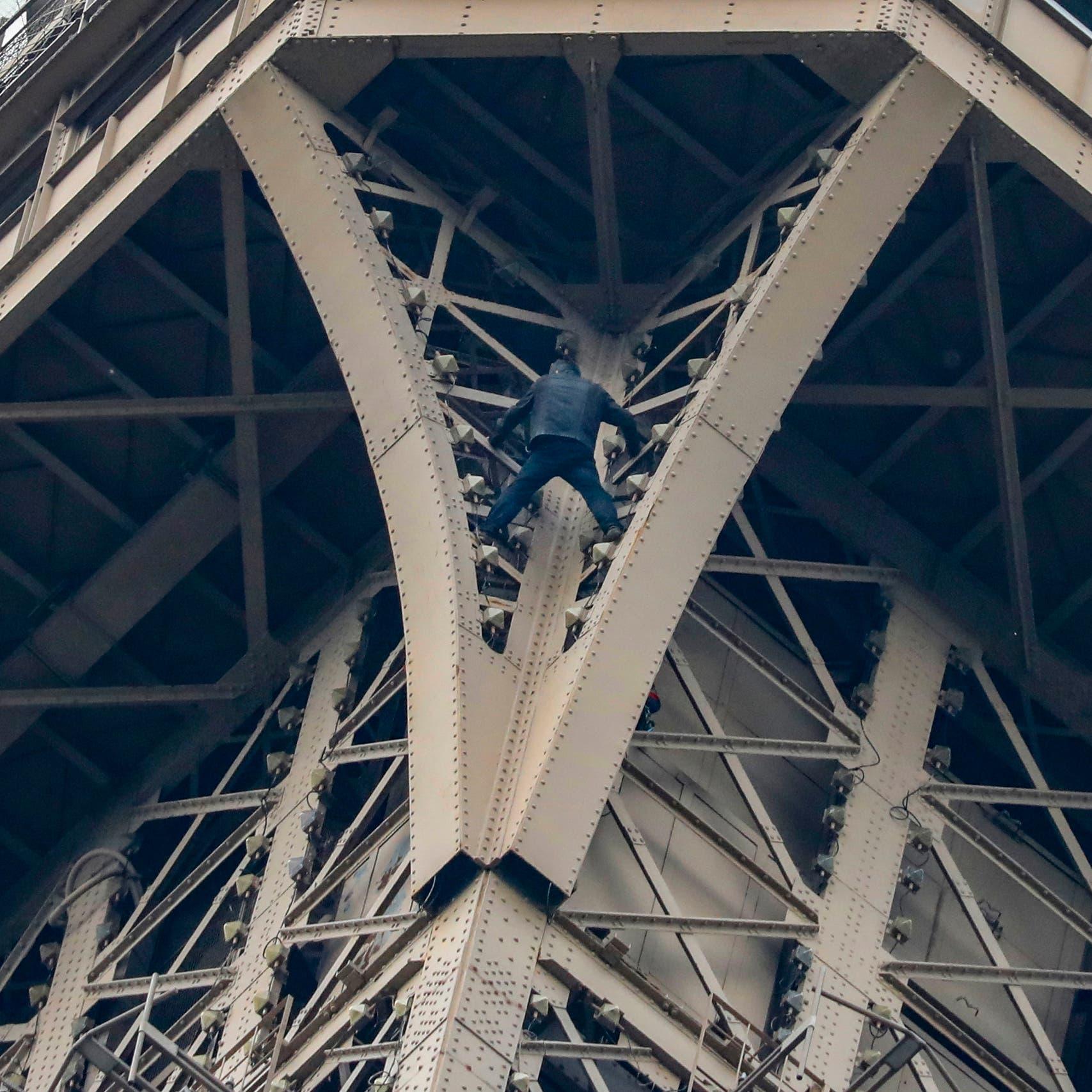 تسلق برج إيفل.. وبقي متدلياً 6 ساعات