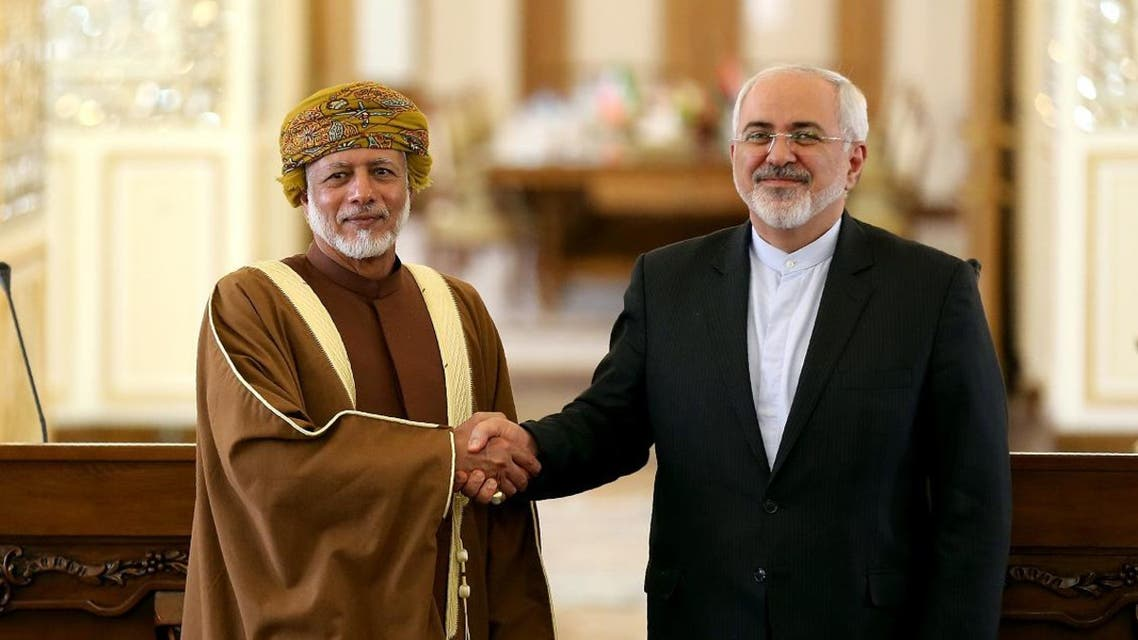 Iranian Foreign Minister Mohammad Javad Zarif (R) shakes the hand of Omani Minister of Foreign Affairs Yussef bin Alawi bin Abdulla following a press conference in Tehran. (File photo: AFP)