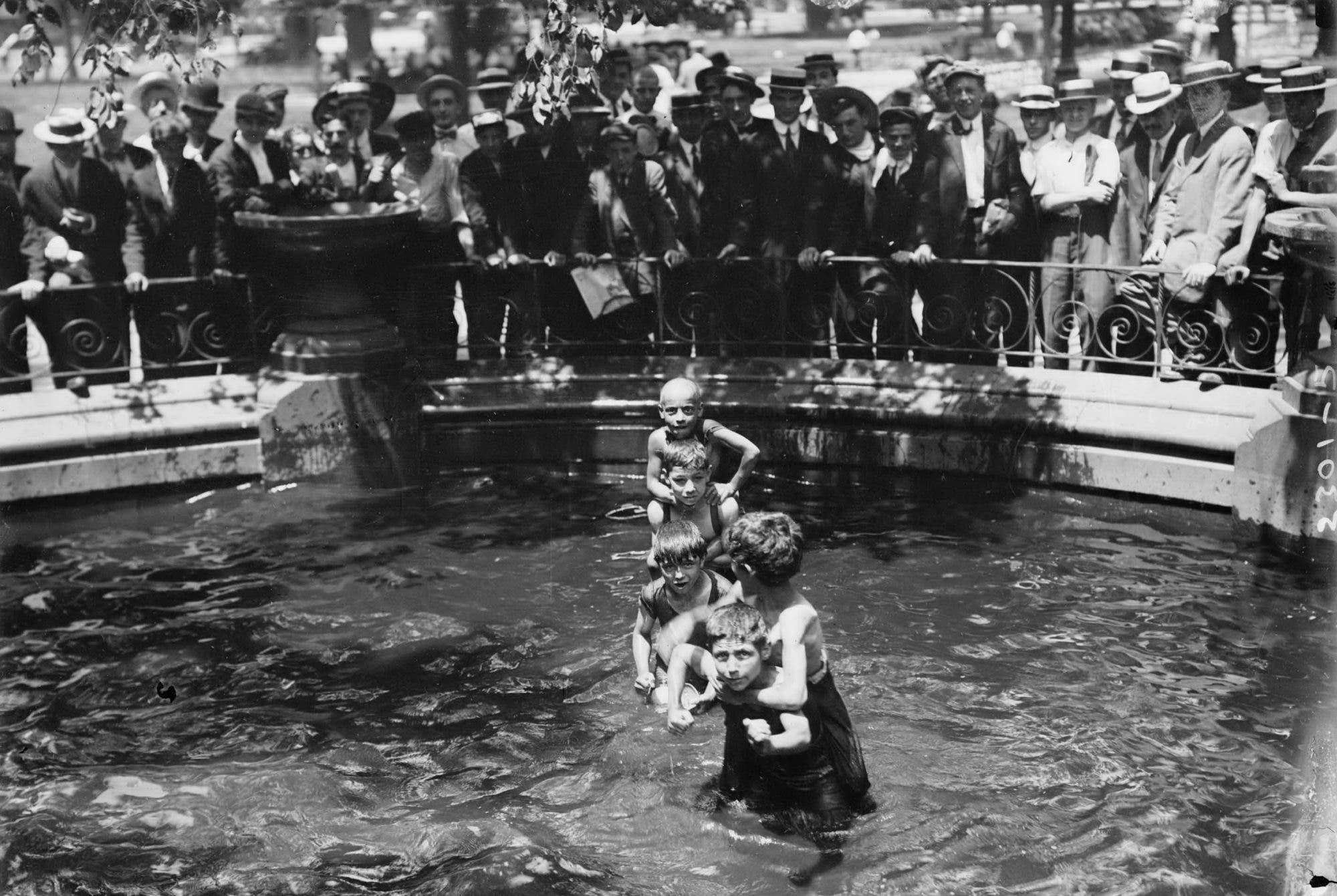 صورة لعدد من الأطفال الأميركيين وهم يسبحون بإحدى النافورات لمجابهة موجة الحر خلال عام 1911