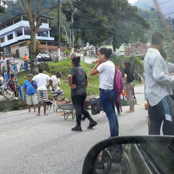 سكان حيّ فقير في ريو يقطعون الطريق.. بجثّة