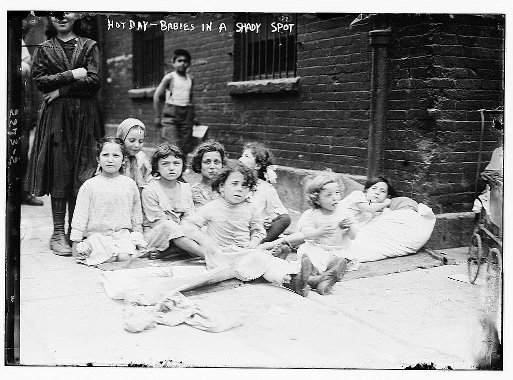 صورة التقطت يوم 4 يوليو 1911 لعدد من أطفال نيويورك أثناء احتمائهم تحت ظل احدى البنايات