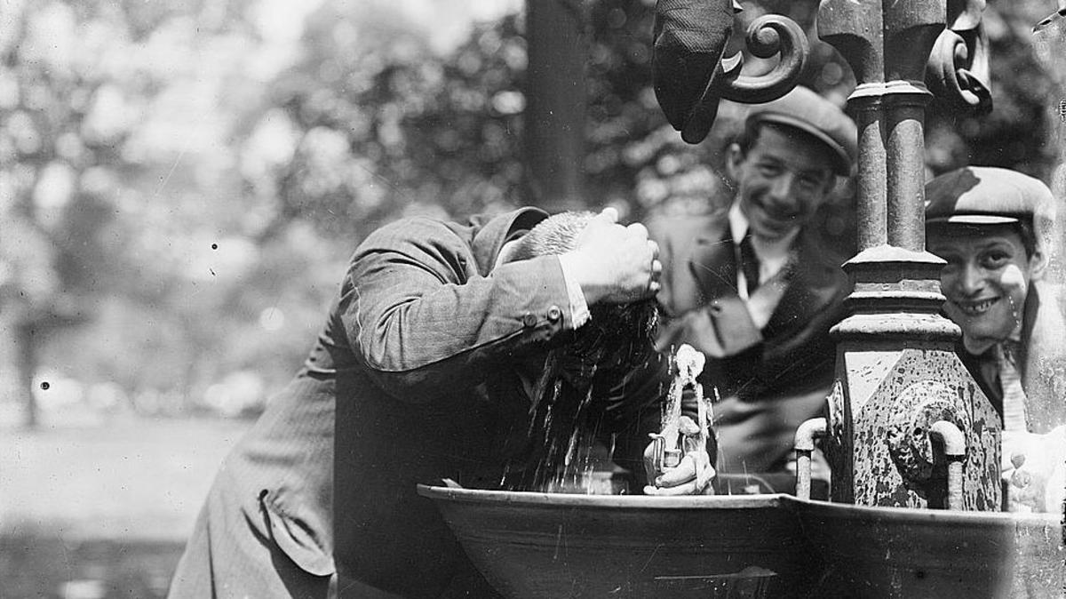 صورة لرجل وهو بصدد تبريد نفسه بمدينة نيويورك سنة 1911