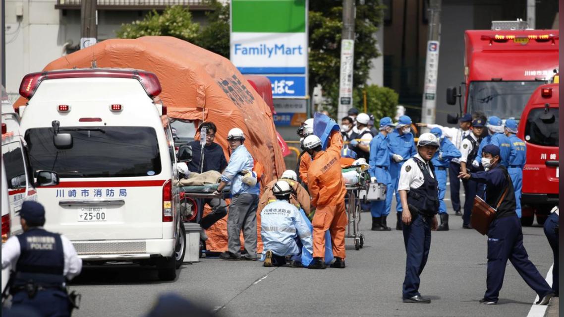 در حمله فردی با چاقو به ایستگاه اتوبوس سهشنبه 28 مه 2019، در پایتخت ژاپن سه تن کشته و چندین تن دیگر زخمی شدند. بر اساس گزارش خبرگزاری رویترز، مهاجم بر دانش آموزان و کارمندان ساکن در این بخش که منتظر اتوبوس بودند، حمله کرد. براساس این گزارش، یک دانش آموز 11 ساله و یک مرد 39 ساله در جریان این حمله جان باختند و از میان 17 تن دیگر که مجروح شدند، وضع صحی دو تن وخیم است.   مهاجم مردی پنجاه ساله بوده و پس از حمله به مسافران اتوبوس در شهر کاواساکی صدماتی با چاقو به خود وارد کرده و جان باخته است. یک شاهد عینی به رویترز گفته است، فرد مهاجم مردی میانه سن بود و داد میزد که «من همه شما را میکشم».  این حمله در حالی انجام شده است که دونالد ترامپ، رئیس جمهوری آمریکا برای یک سفر رسمی چهار روزه در توکیو به سر می برد. رئیس جمهوری آمریکا دقایقی پس از انتشار خبر حمله به مسافران یک اتوبوس شهری در کاواساکی در حالی که سوار بر یک کشتی نظامی ژاپنی بود نسبت به این حادثه واکنش نشان داد و گفت: «همه آمریکایی ها در کنار مردم ژاپن هستند وبا قربانیان و خانواده های آنها در این حادثه ابراز همدردی می کنند.»