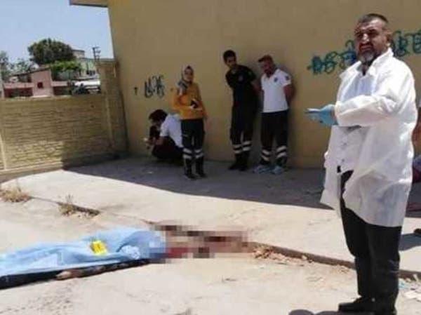 تركي يذبح سورياً من رقبته ويسقطه جثة هامدة