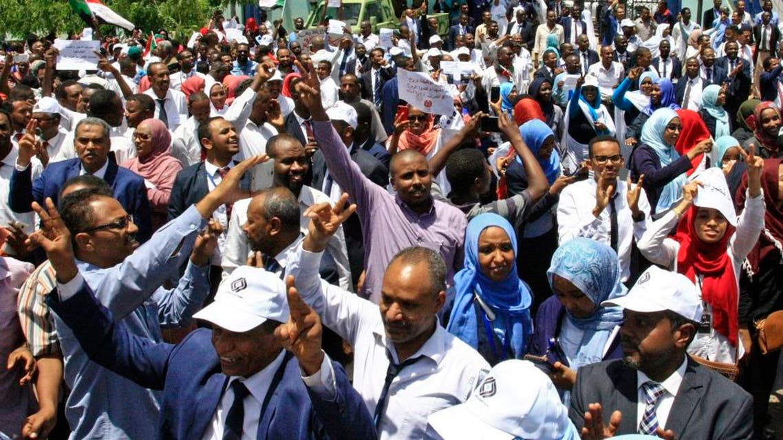 Sudanese protesters gather during a demonstration outside the Central Bank in Khartoum on May 29, 2019. (AFP)