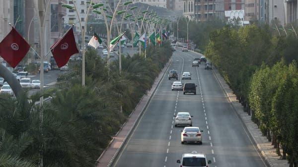 أعلام الدول الإسلامية المشاركة في قمم مكة تزين شوارع المدينة المقدسة