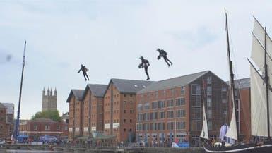 شاهد.. رجال يحلقون في سماء إنجلترا بفضل محركات بملابسهم