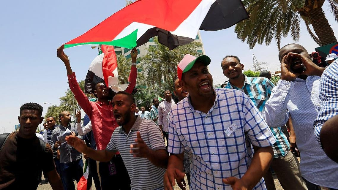 Members of Sudan's alliance of opposition and protest groups chant slogans outside Sudan's Central Bank during the second day of a strike, as tensions mounted with the country's military rulers over the transition to democracy, in Khartoum, on May 29, 2019. (Reuters)