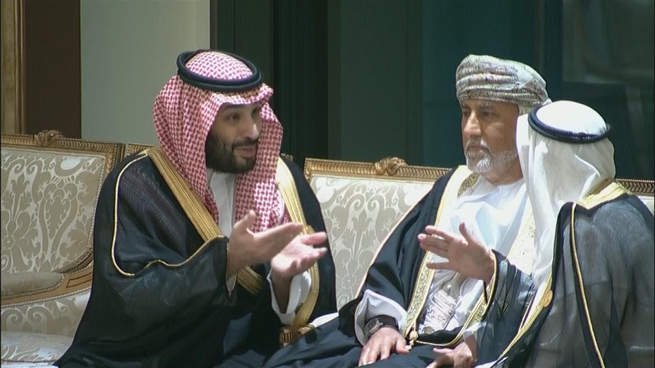 ولي العهد يتجاذب أطراف الحديث مع ضيوف القمة الخليجية