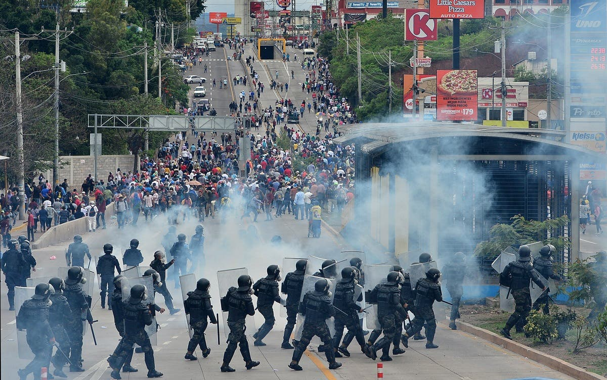 Demonstrators of the education and health sectors protest against government reforms as some clash with riot police in Tegucigalpa, on May 31, 2019. (AFP)