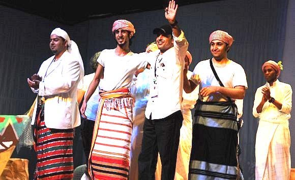 السناني على المسرح بجواره الممثل الشاب عليان العمري
