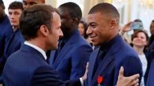 ماكرون يكرم منتخب فرنسا.. ويقارن مبابي بالأسطورة بيليه