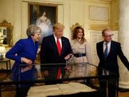 ترمب يعاين وثيقة نادرة عن استقلال الولايات المتحدة عن بريطانيا