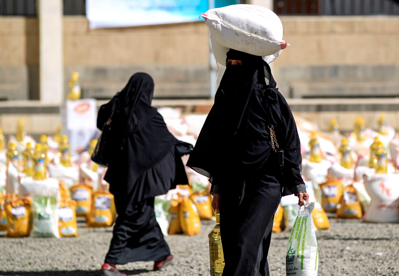 يمنيات يستلم مساعدات غذائية في صنعاء (أرشيفية)