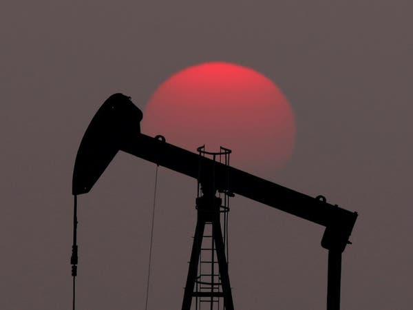 النفط فوق مستويات يناير مقاوماً ضغوط تخمة المعروض