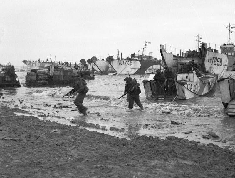جانب من القوات البريطانية عند نزولها بشاطئ غولد