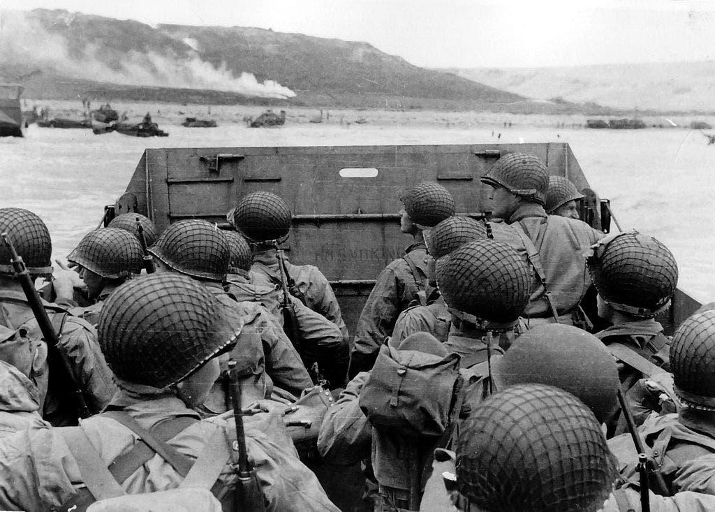 جانب من القوات الأميركية قبل نزولها بشاطئ أوماها